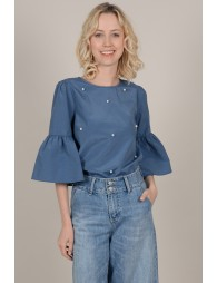 Blouse with large sleeves
