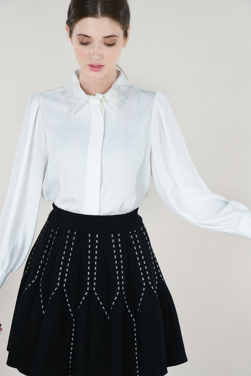 Blouse with lace collar